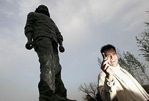 El escultor Andrés Zerneri muestra una de las llaves como las que utilizó para fundir su escultura. (Foto: EFE)