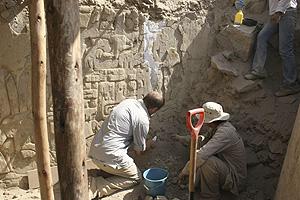 rqueólogos alemanes trabajan sobre los relieves. (Foto: EFE)