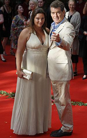 Pierce Brosnan y Keely Shaye-Smith posan en una alfombra roja. (Foto: REUTERS)