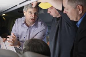 Steve Schmidt (centro) habla con Rick Davis y Lindsey Graham. (Foto: AP):