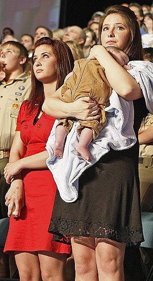 Bristol Palin sostiene a su hermano Trig en brazos durante un acto de la campaña. (Foto: Stephan Savoia)