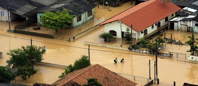 Una casa inundada en el valle del Itajaí. (Foto: EFE)