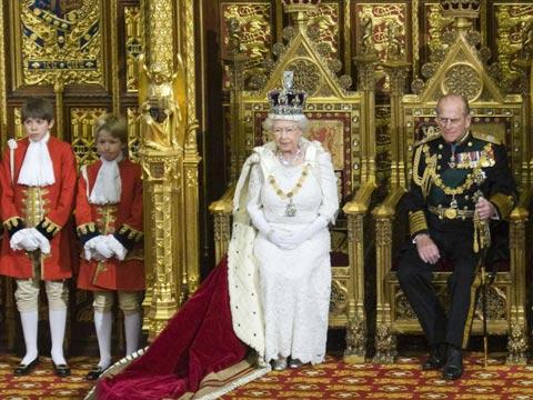La reina de Inglaterra preside la apertura del Parlamento. (Foto: REUTERS)