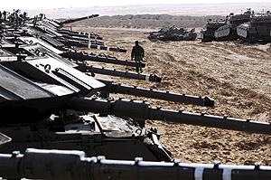 Fotografía cedida por las fuerzas de defensa israelíes este 29 de diciembre de 2008, que muestra a la artillería del país movilizándose en el borde de la Franja de Gaza. (EFE)