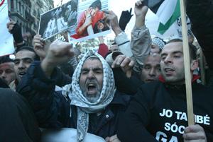 Varios manifestantes palestinos protestando en la marcha. (Foto: Antonio Moreno)