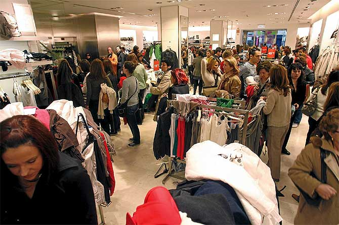 Interior de un centro comercial durante la jornada en que dan comienzo las rebajas de enero. (Foto: A. Pastor)