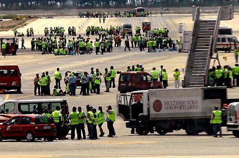 Trabajadores de tierra de Iberia en las pistas | Santi Cogolludo