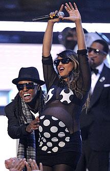 Lil Wayne (izqda.), M.I.A. (centro) y Jay Z en segundo plano. | AP