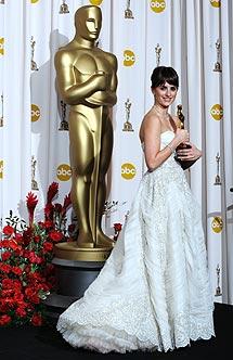 'Pe' posa con el Oscar. | AFP