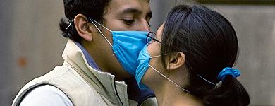 Dos jóvenes se besan en Ciudad de México con mascarillas incluidas. | Afp