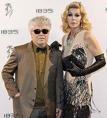El director y Bibiana Fernández, en Cannes. | Efe