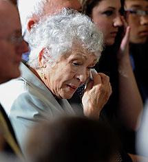 Celina, madre de Sonia Sotomayor, llora en la Casa Blanca.  AP