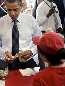 El presidente de EEUU cuenta el dinero con el que pagó el menú. | Efe