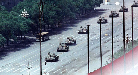 Fotografía tomada por Stuart Franklin, donde a la izquierda se aprecia el autobús calcinado.