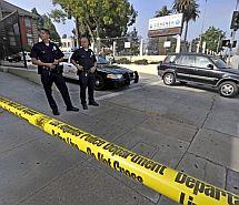 Policías ante el instituto forense. | Efe