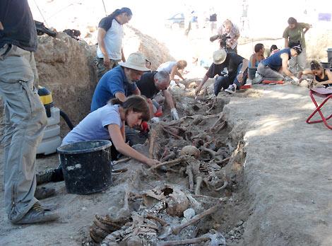 La ARMH localiza treinta cuerpos en el primer día de exhumaciones en Milagros (Burgos). | Ical