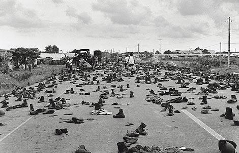 La autopista de Saigon llena de uniformes y botas abandonados por soldadaos de Vietnam del Sur tras perder la guerra. | AP