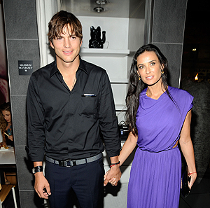 Aston Kutcher posa junto a Demi Moore. | Foto: Afp