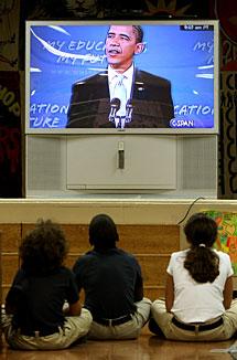 Varios niños siguen el discurso en un colegio de Manhattan. | AP