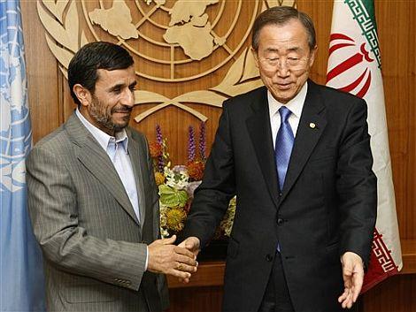 El presidente iraní, Mahmoud Ahmadinejad, junto al secretario general de la ONU. | AP