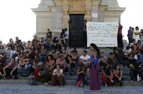 Jóvenes protestan en El Retiro contra la prohibición de tocar el timbal en la calle. | Marta Arias