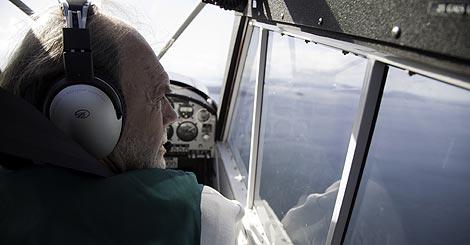 Richard Bach, en su avión. | Foto: Isaac Hernández