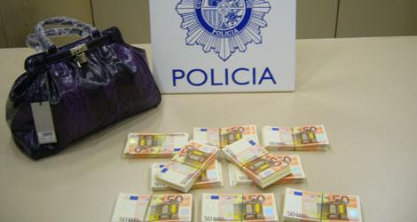 Los billetes falsos, junto al bolso en el que pretendían introcirlos en el país. | Ministerio del Interior