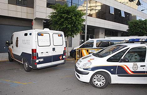 Los furgones policiales con los detenidos llegando a los juzgados almerienses. | Efe