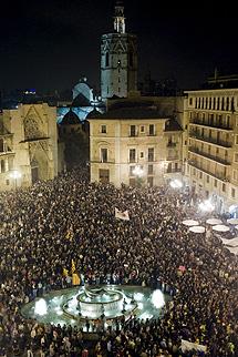 Manifestantes en la plaza de la Virgen. | Efe