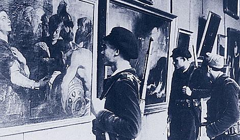Milicianos ante el lienzo 'Artemisa' en la exposición en Valencia en 1937. | IPCE