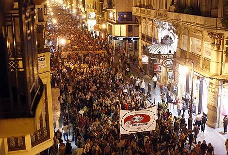 Manifestantes contra la corrupción en la calle San Vicente. | Vicent Bosch