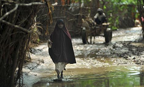 Una niña refugiada somalí camina por el campo de refugiados de Dadaab (Kenia). | AP