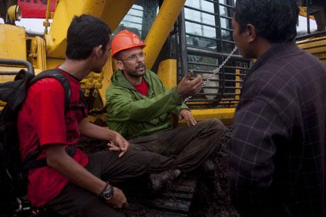 Pablo Méndez encadenado a una excavadora de la compañía papelera. | Greenpeace.