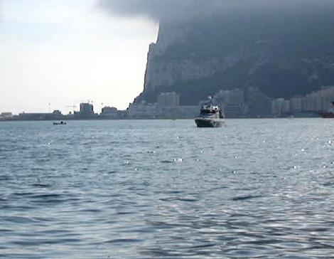 Una patrullera de la Guardia Civil, a los pies del Peñón de Gibraltar.   EL MUNDO