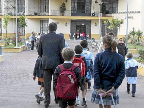 Escolares entrando en el colegio concertado Portaceli, en el barrio de Nervión. | Carlos Márquez