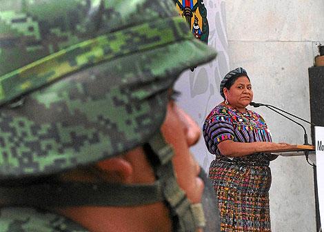 La Nobel de la Paz, Rigoberta Menchú, homenajea a las víctimas de un ataque de narcotraficantes en (México). | EFE