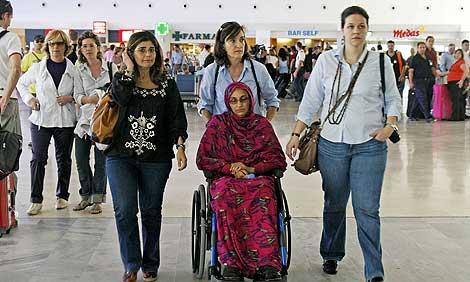 La activista saharaui, en el aeropuerto de Lanzartote. | Efe