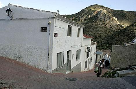 La fachada de la casa donde han sucedido los hechos con la sierra al fondo. | Curro Vallejo