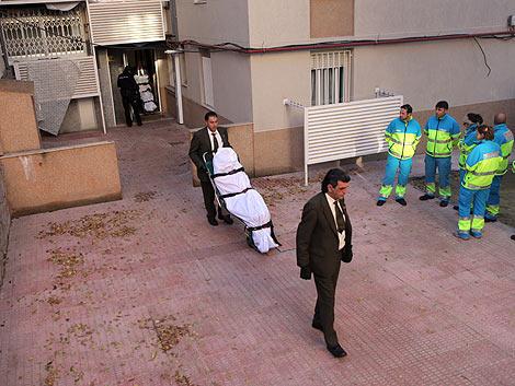 Los operarios sacan los cadáveres. | A. Xoubanova