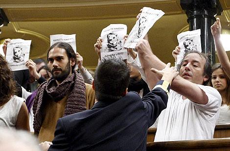 Un grupo de personas durante la protesta en el Congreso. |Efe