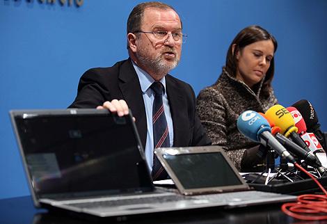 El conseller de Educación, Alejandro Font de Mora, con los portátiles | E.M.