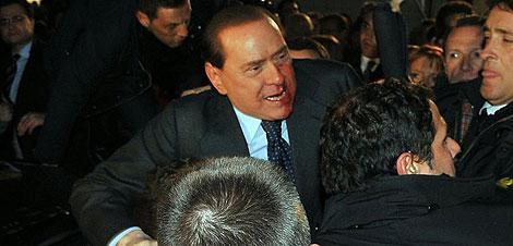 Berlusconi, momentos después de la agresión en Milán. | Ap