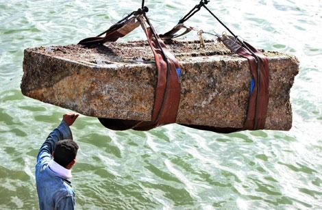 Bloque perteneciente al Templo de Isis, cuando es izado en la Bahía de Alejandría.| AFP