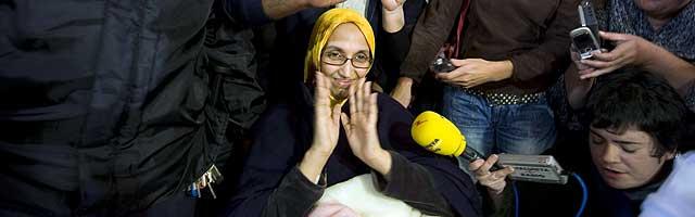 La activista saharaui Aminatu Haidar, antes de tomar el avión en Lanzarote con destino al Sáhara Occidental. | Afp