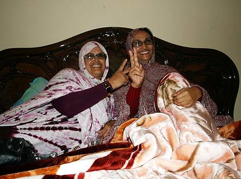 Haidar, con su amiga Galia El Jimmi, en su casa de El Aaiún. | Erena Calvo