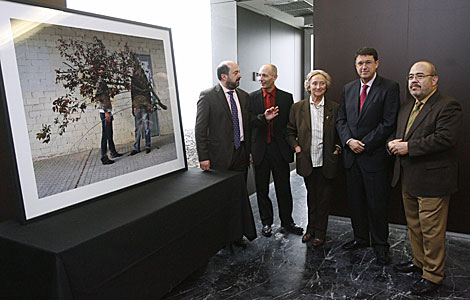 Foto M. Cubero para El Mundo- El jurado con el ganador de la IV edición