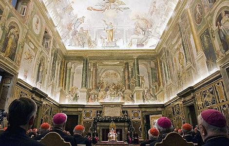 Benedicto XVI, durante la tradicional felicitación navideña a la Curia romana en el Vaticano, celebrada el lunes. | Efe