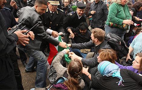 La policía egipcia carga contra los activistas que pretenden entrar en Gaza. | AFP