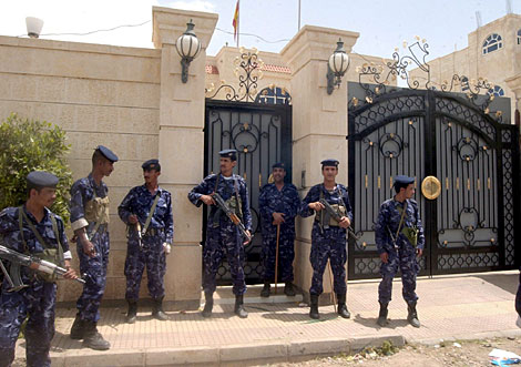Soldados yemeníes, ante la legación diplomática española, en una foto de archivo. | Efe