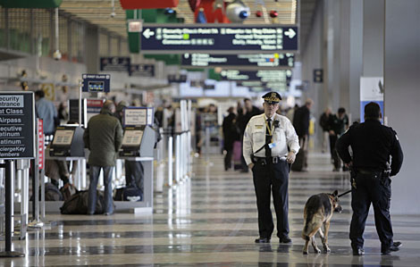 Un agente de policía, en el Aeropuerto Internacional de Chicago